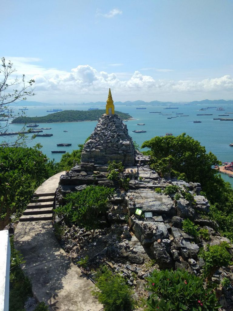Почти 400 ступенек до ноги Будды стоили того