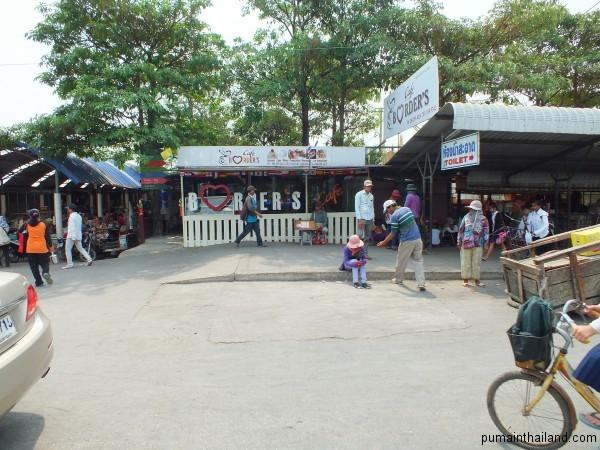 Borders Cafe, пройти немного направо и потом влево и попадете на выход из Тайланда.