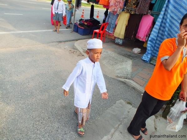 Аутентичная мусульманская одежда на мальчике