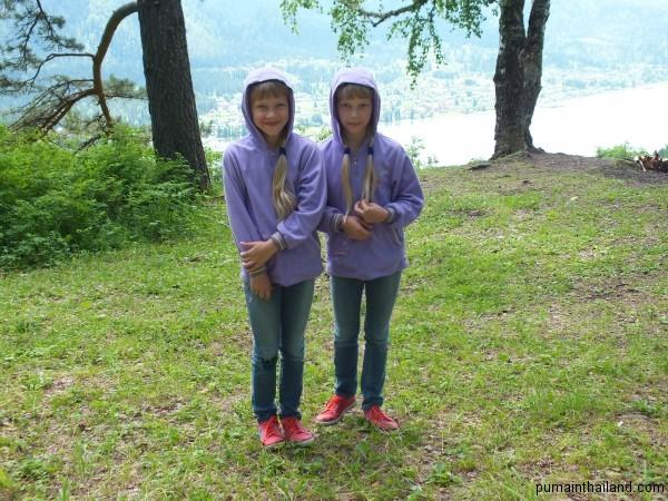 Забавные близняшки в лесу встретились