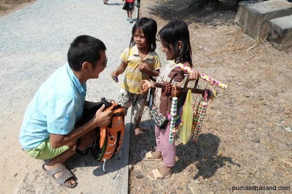 По приходу в каждый из больших храмов малого круга вас начинают атаковать камбоджийские дети, протягивая руки с местными безделушками и проговаривая заклинание: «Уан долаа, уан долаа».