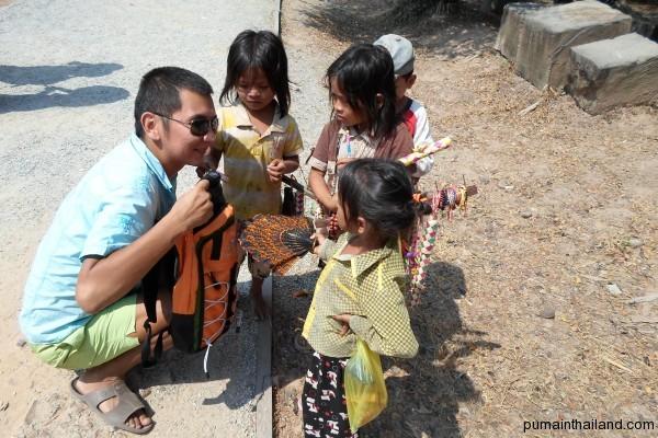 Роман поддерживает камбоджийских детей долларом