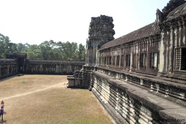 Самый первый в маршуте храм и самый впечатляющий – Ангкор-Ват. Поражает тут то, что на стенах вырызано много барельефов, фресок, демонов-воителей, женщин-танцовщиц-полунимф, сцены быта, великой битвы короля с кем-то…