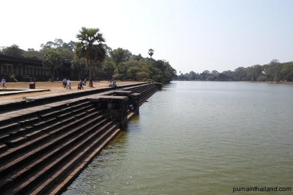 Защитный ров вокруг Ангкор-Вата. Куда ж без него…