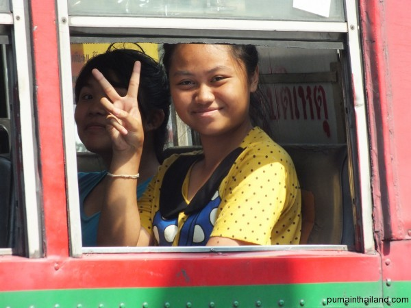 Бангкок полон пробок, минут 20 тайки улыбались Алексу, пока мы шли рядом с автобусом