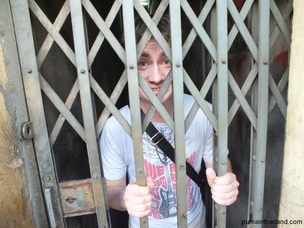 Алекс зашел в какой то закоулок, Илай не долго думаю захлопнул дверь, как оказалось замок закрылся автоматически
