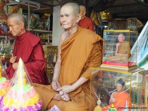 Скульптуры в ритуальном магазине не отличить от живых