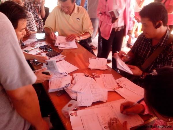 Тайцы заполняют бумаги на визу в Камбоджу