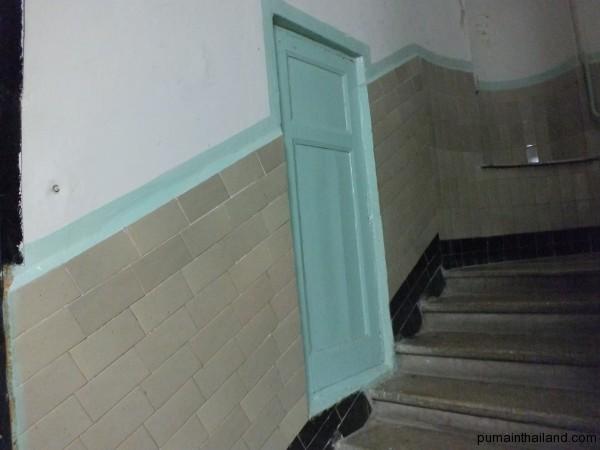 В Париже за такой дверью в подъезде у меня был общественный туалет, а тут я не смог её открыть