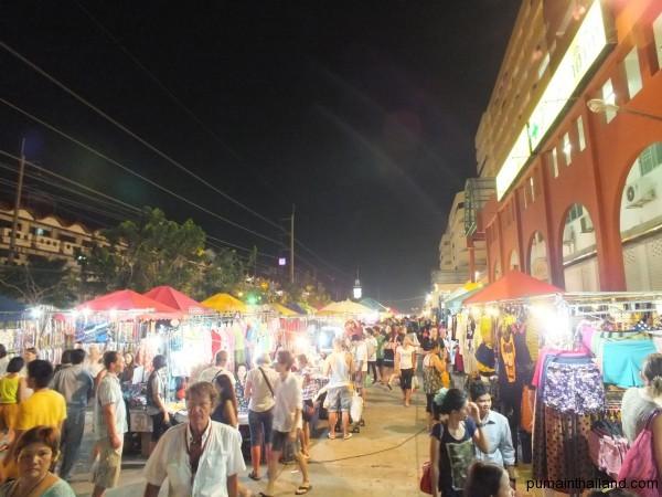 Ночной рынок Паттайи представляет из  себя линии торговых палаток размещенных на гигантской парковке