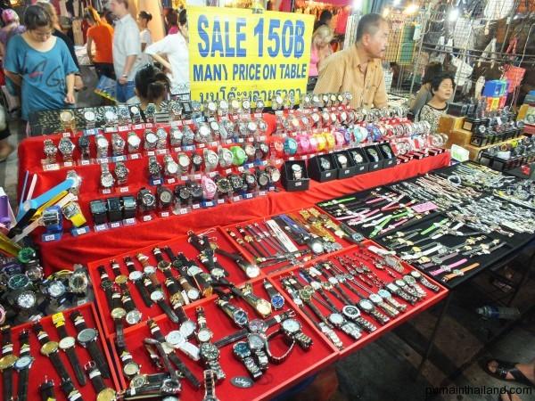 На ночном рынке Паттайи можно поживиться дешевыми часами от 100 бат