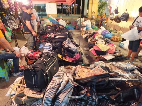 А вот так выглядит распродажа сумок, где я покупал свой рюкзак