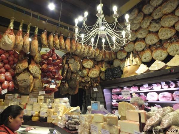 Вот так выглядит магазинчик с вяленным мясом, коих множество в Италии