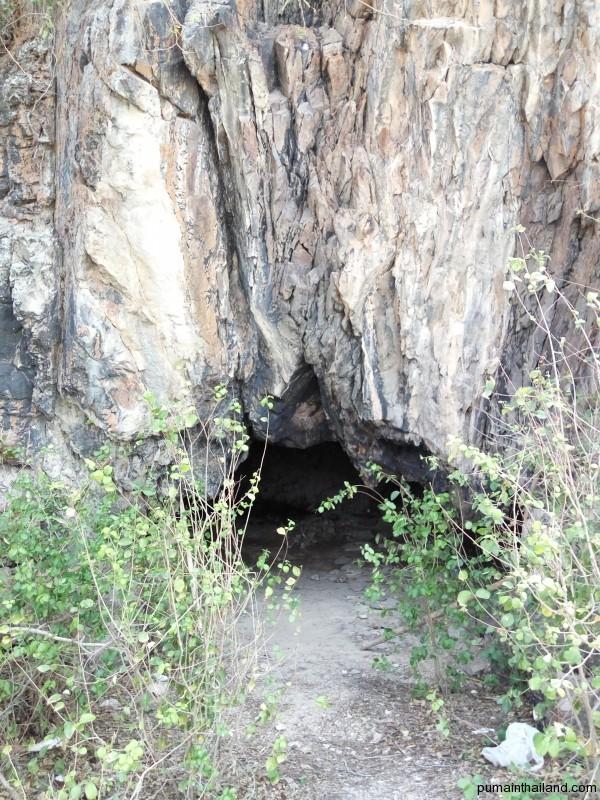 На пляже есть пещера